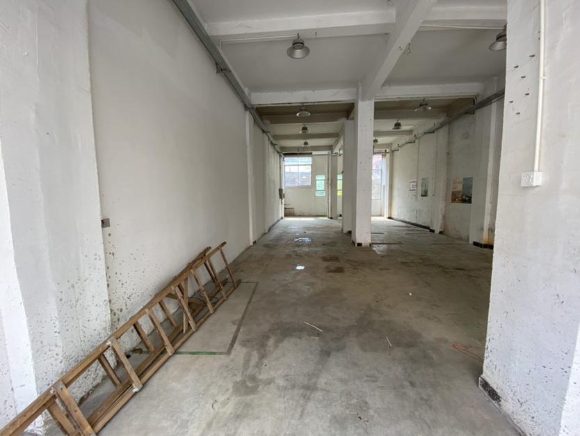 鹤州洲石路旁一楼300平厂房仓库招租。