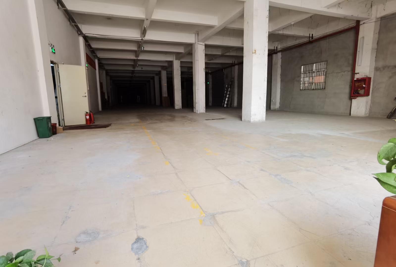 大浪龙澜快速路旁新出1750平一楼仓库,园区车位充足。