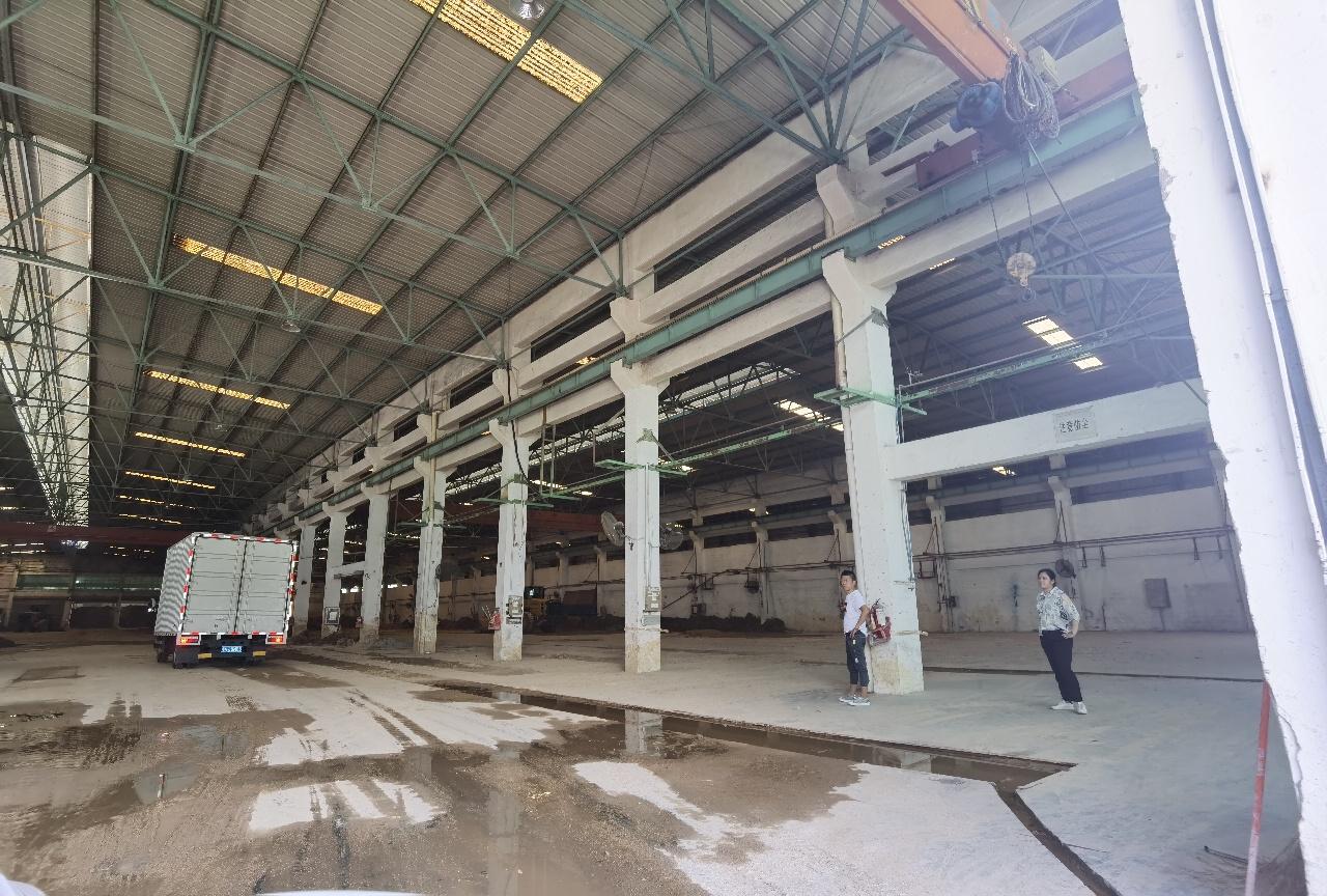 物流仓库 一楼约8000平米,高度5米 带卸货平台,空地