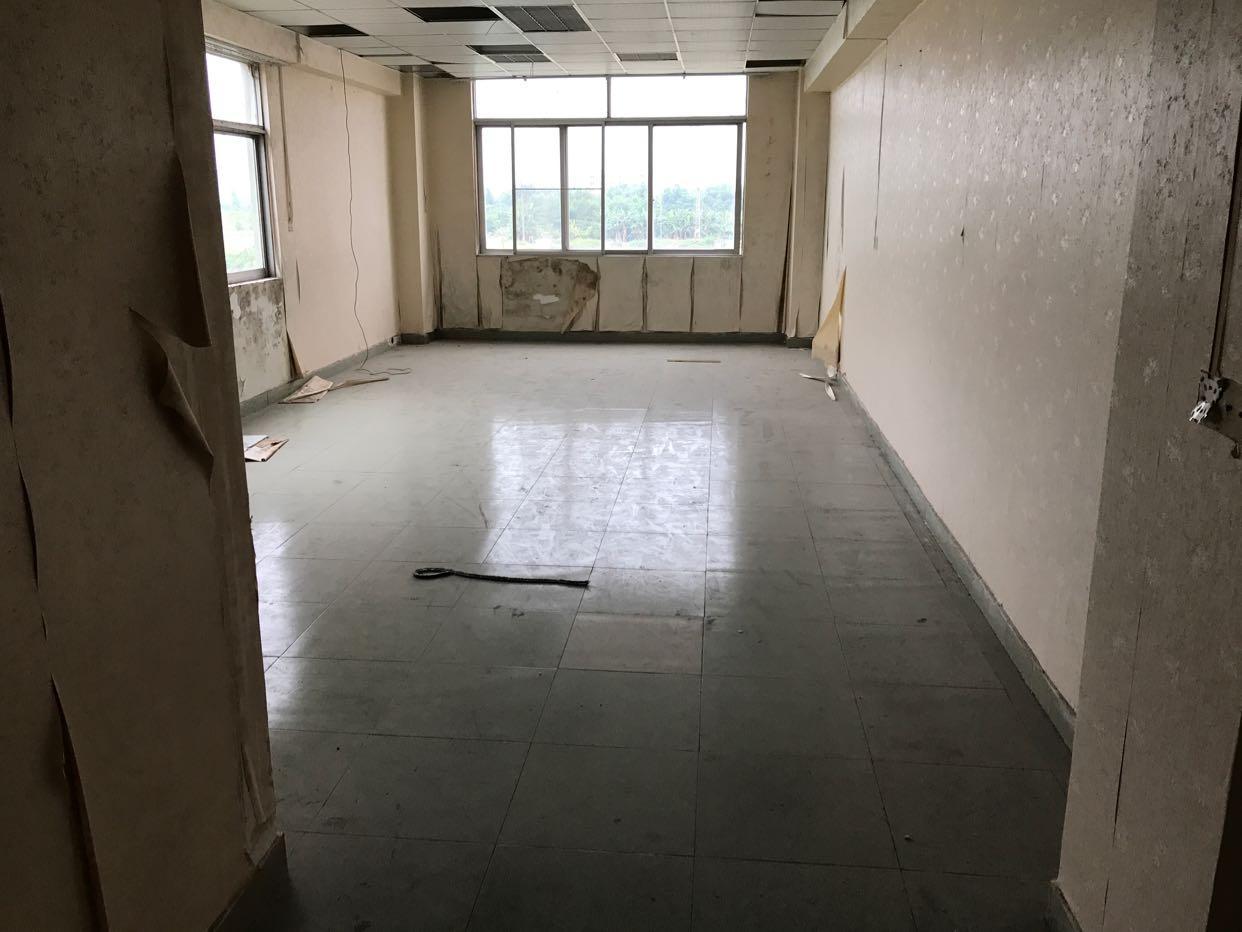 三楼精装修办公室,带俩吨货梯,形象非常好。