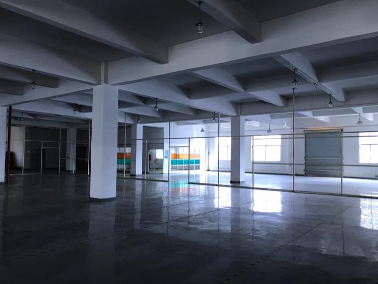松岗地铁站附近新出楼上装修厂房3600平