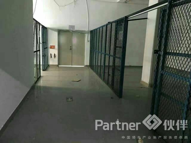 松岗潭头新出楼上400平米厂房低价出租带装修