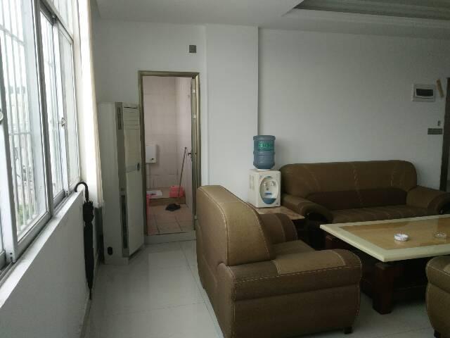 坪地新出工业区精装修办公室、面积200㎡有现成办公家具