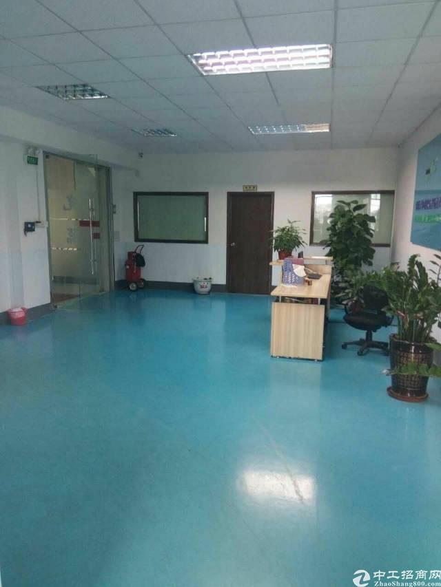 长安镇新出楼上2000平米带装修厂房出租。