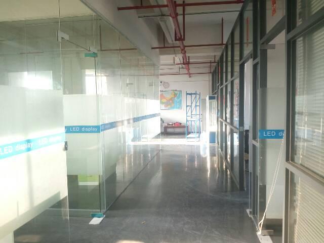 公明长圳新出楼上1100平方,玻璃办公室地坪漆,大气前台。