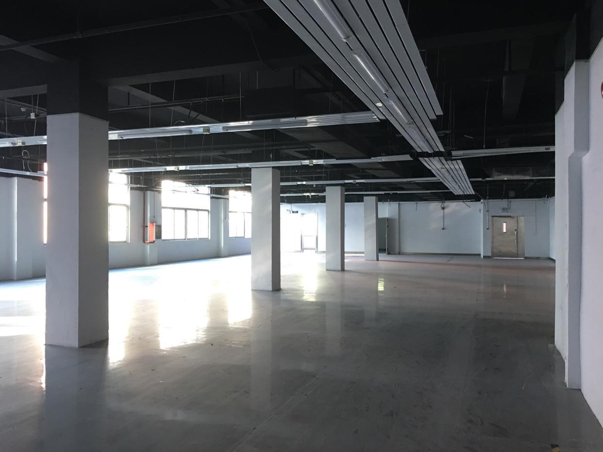 坂田五和地铁口附近楼上整层1600平方一楼1000平方大小分