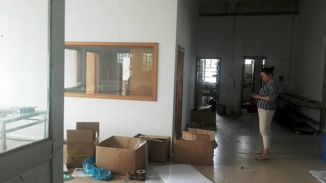 平湖新出楼上1300平米带装修厂房对外出租