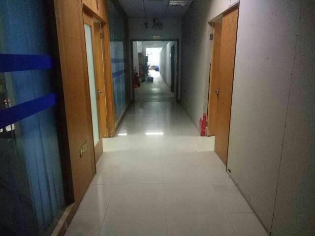 平湖富民工业区新出楼上1000平米原房东厂房出租