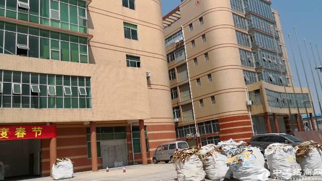 平湖华南城富民工业区三楼1350平方带装修急租