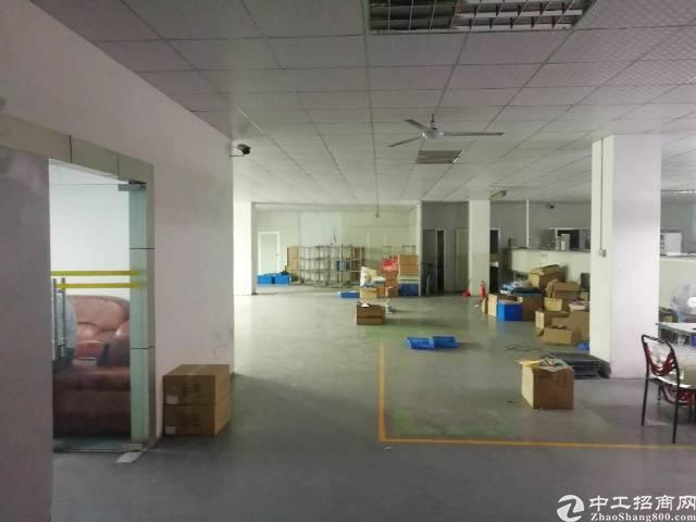 松岗地铁口附近新出楼上900平方米带装修办公室