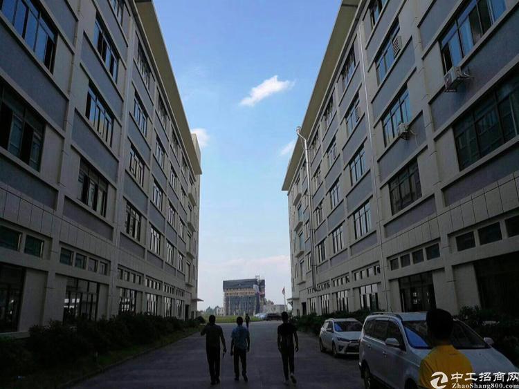 凤岗镇九成新标准厂房四楼2060平方米带豪华装修17元出租