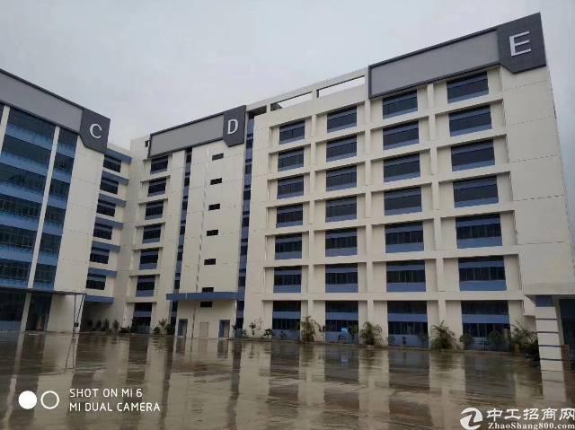 黄江镇靠近板湖附近新出标准厂房一楼3300平方出租