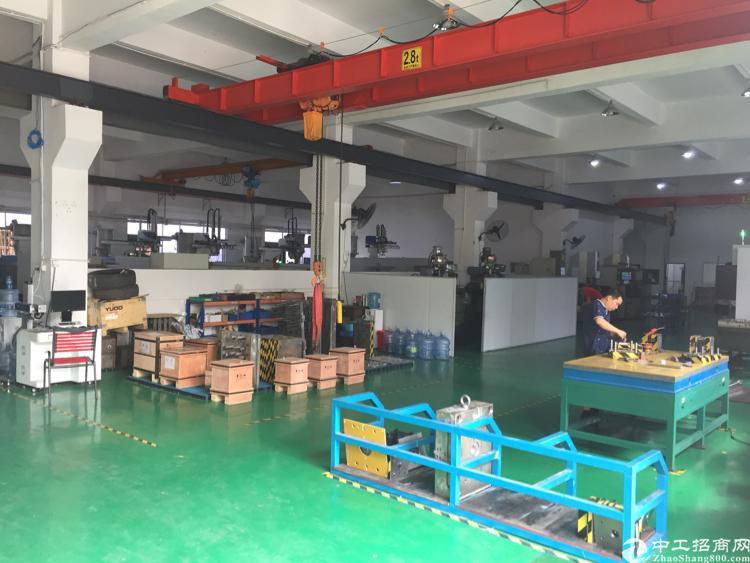 公明上村1000平方米带装修一楼厂房出租。