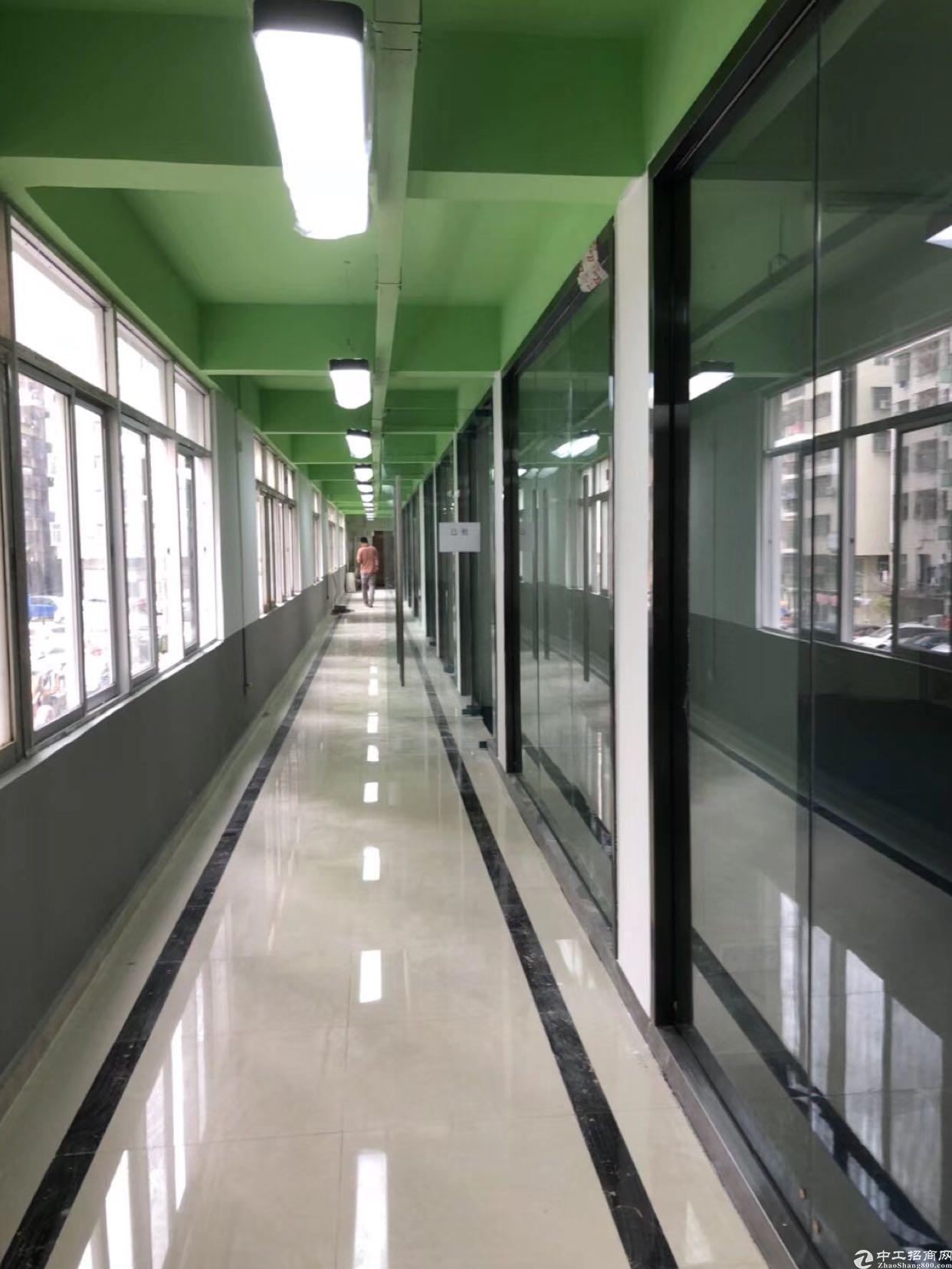 坂田杨美地铁站附近新出楼上带装修1000平方可以分租。