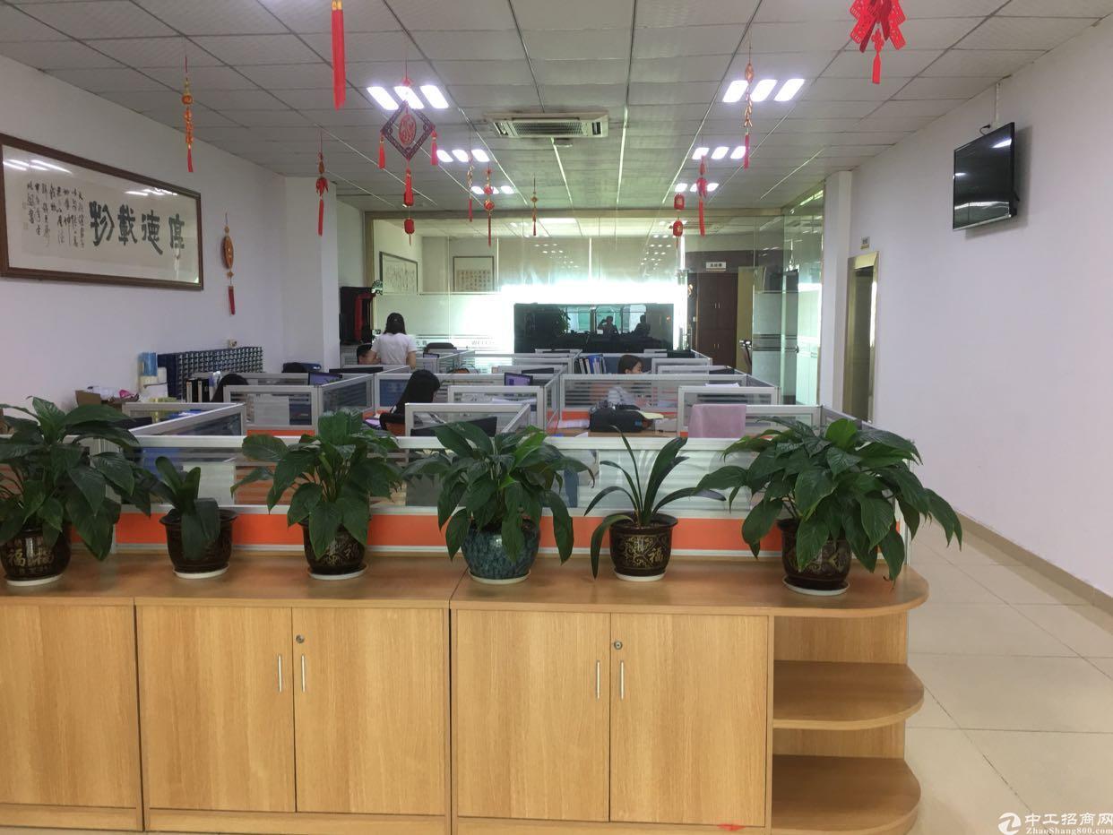 西乡鹤洲恒丰工业城斜对面3楼1300平方出租,租金32元月。