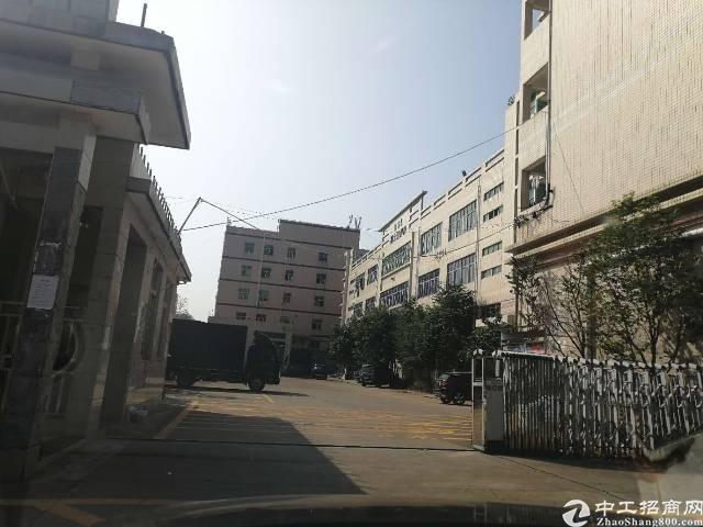 沙井高速出口附近,楼上厂房整层2300平米出租,面积实在