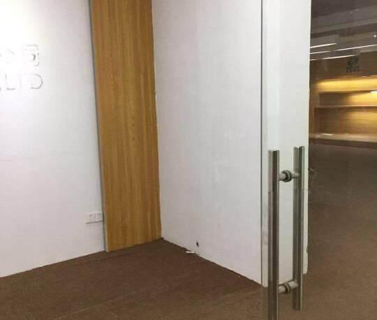 横岗六约带装修三楼280平出租,有独立卫生间