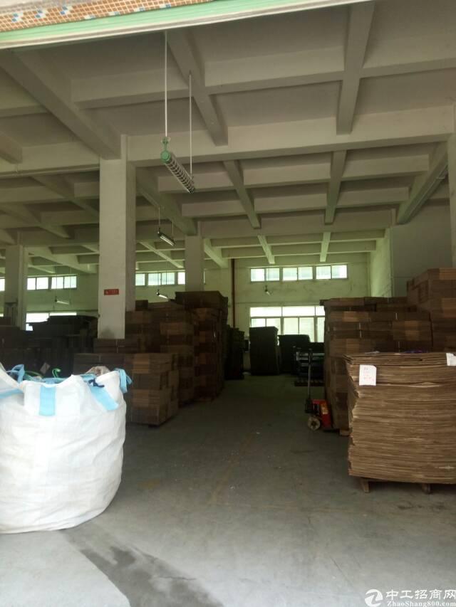 观澜大富工业区原房东标准厂房一楼出租2100平米,可以分租。