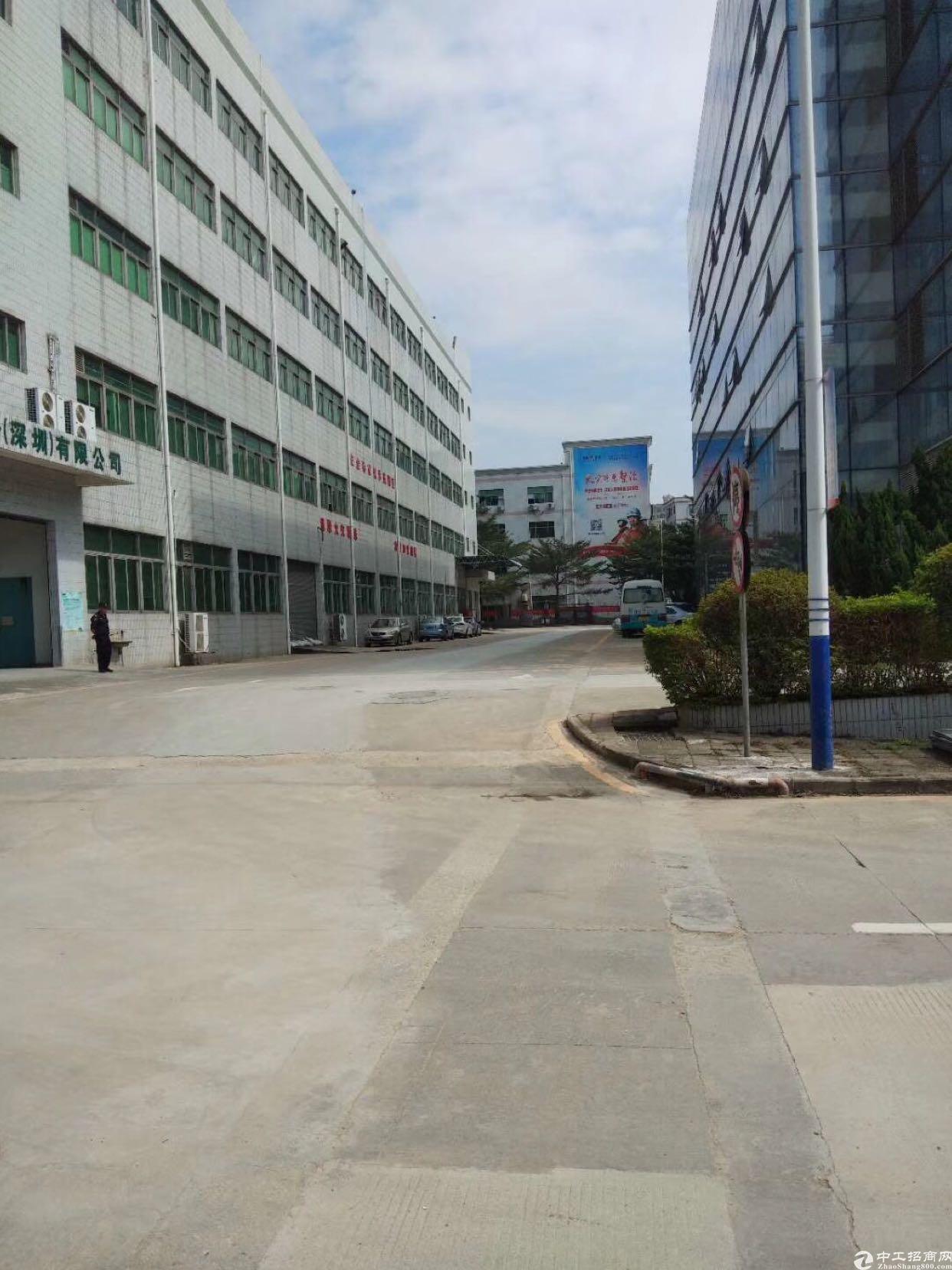 西乡臣田工业区3楼3600平米出租,租金33元月。