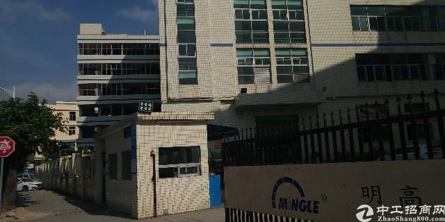 布吉秀峰路口附近新出楼上带装修2000平厂房出租