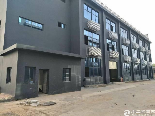 福永地铁站边上独门独院一到三层3270平方厂房出租。