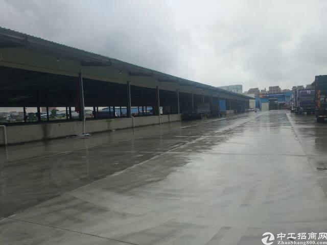 福永凤凰单层钢构4500平米,交通位置非常方便,前后空地大,