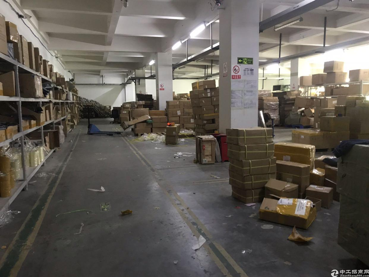 龙华大浪新出楼上厂房带办公室,仓库1100平招租。