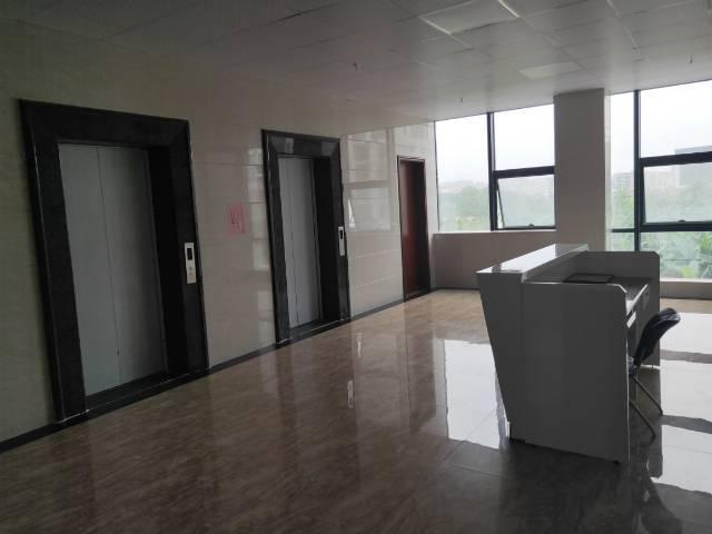 清布地铁口精装修带家具150平方招租