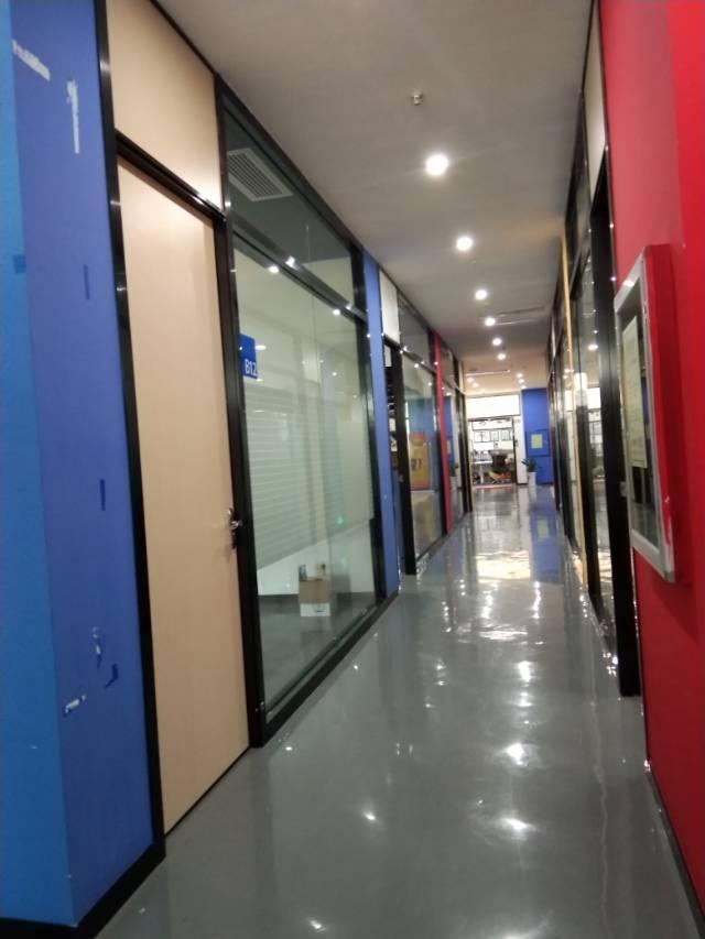 横岗龙岗大道边精装修办公楼楼上约49平米