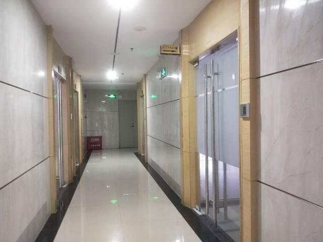 出租新东地铁口精装写字楼220平2+1格局