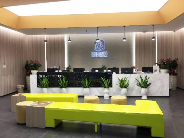 后亭地铁口全新装修办公室,带家私拎包入住。