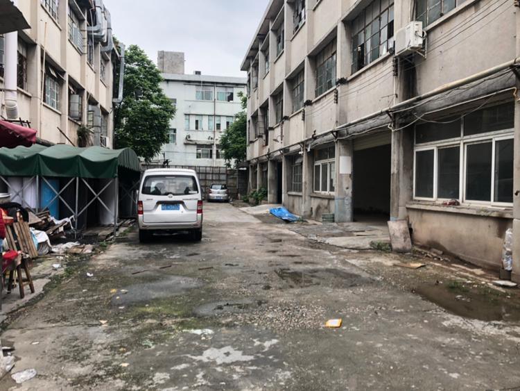 龙华龙胜地铁口附近新出一楼单层700平最小可分150平出租