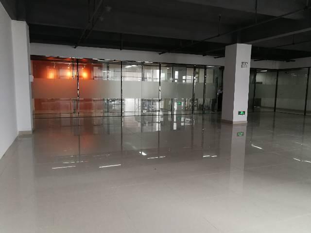 观澜社保站旁精装写字楼出租100平起租带家私