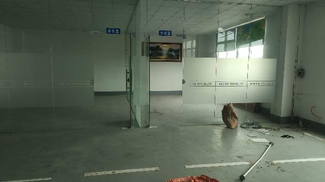 房东分租标准厂房2楼1600平,现成精装修办公室,