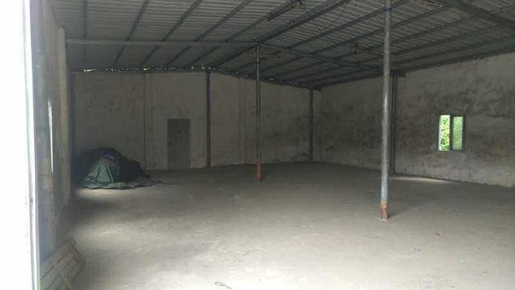 最新原房东砖墙到顶铁皮房可以做木材加工