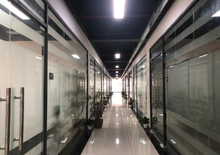 171m² 带隔间中高区宏域易创空间带装修办公室出租图片1