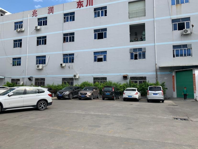 横岗地铁站附近一楼带办公室装修厂房1400平米招租