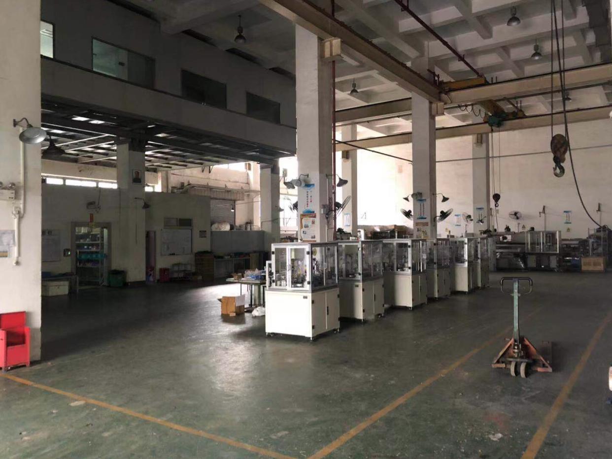 龙岗宝龙工业区原房东红本厂房一楼1100平方出租,带两台航车