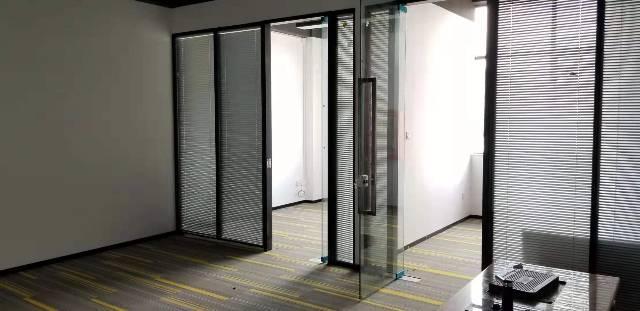坂田地铁口零距离简装写字楼210平出租