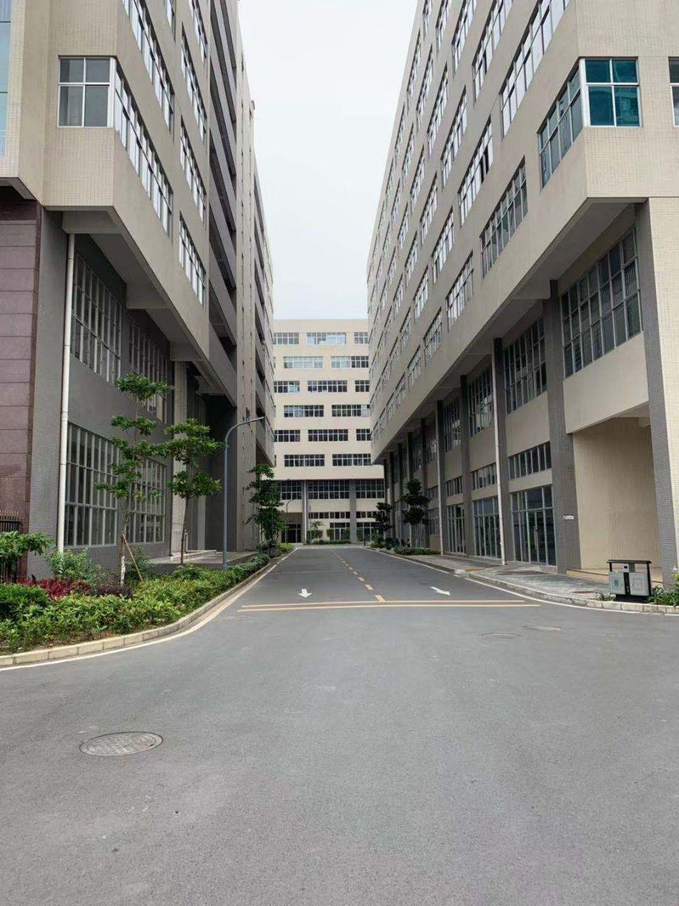 龙华区龙胜地铁站旁新出3楼1300平,精装修厂房,研发中心。