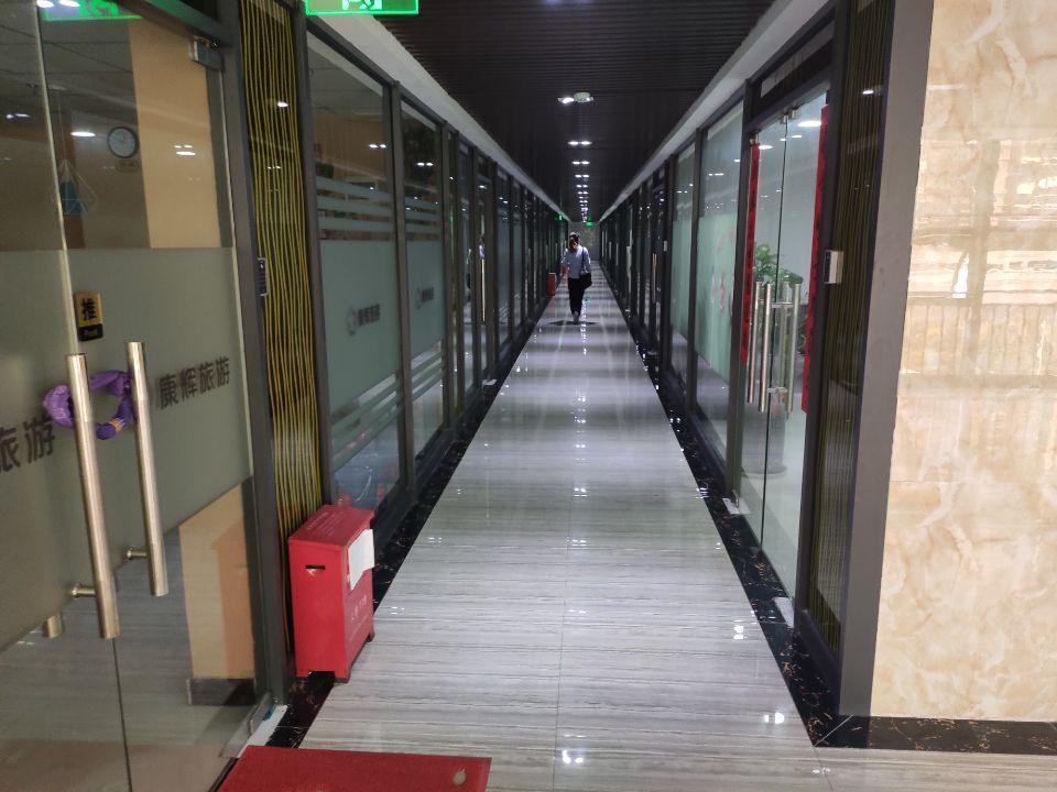 横岗街道地铁站附近新空出装办公室180平方
