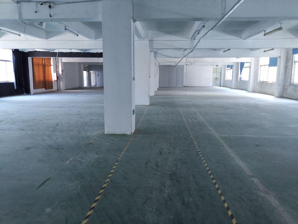 横岗新出现成装修楼上2100平厂房水电完好报价20元一平
