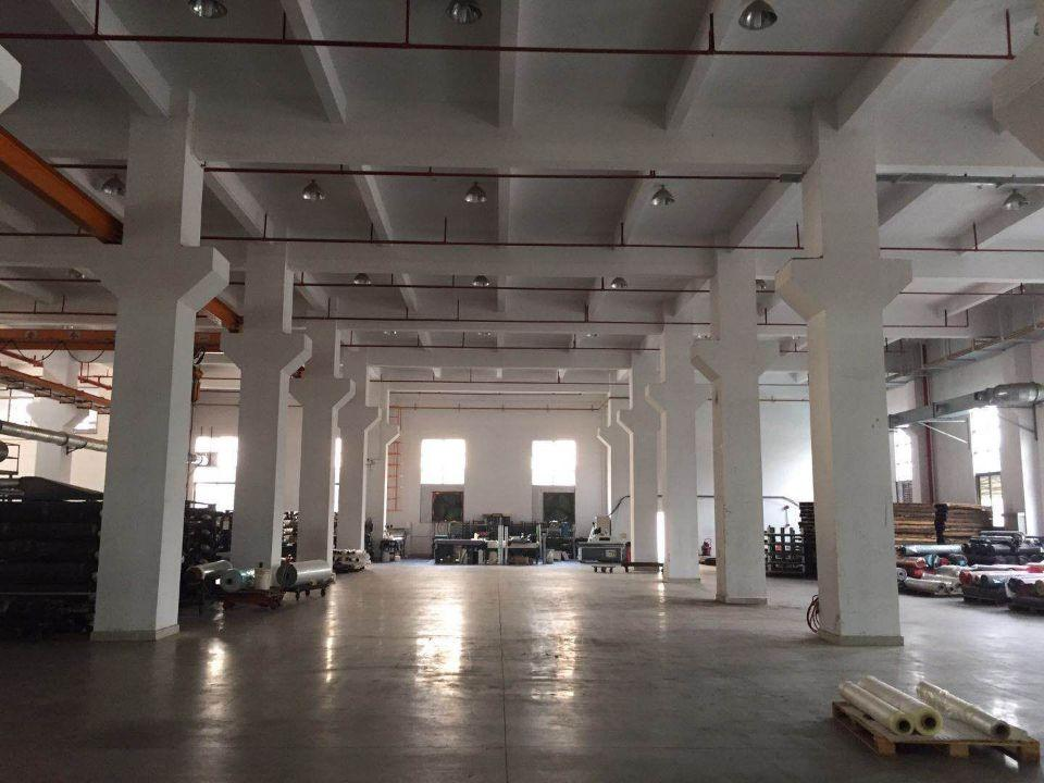 长安沙头新出一楼高度七米带牛角原房东厂房5000平可以分租。