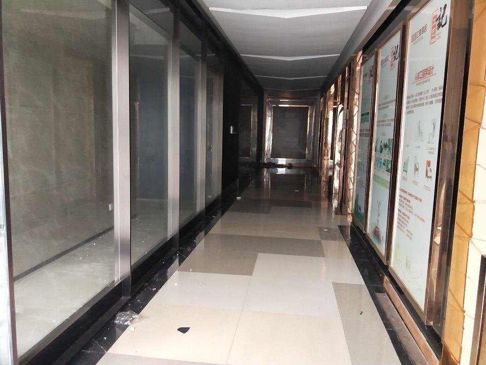龙岗中心城高速出口附近家具展厅厂房3860平米出租。