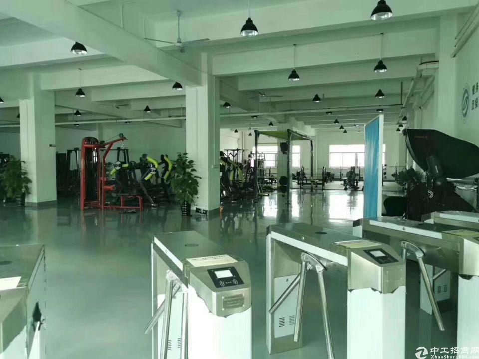 平湖华南机荷高速出口楼上1500平方米带装修厂房仓库出租