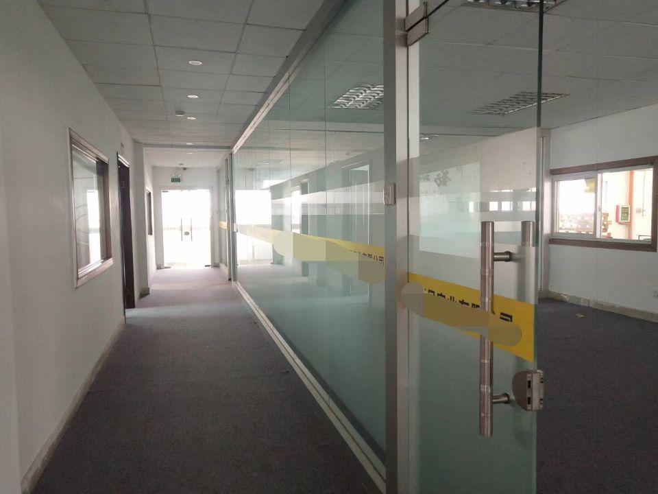 黄江镇高速出口附近二楼1200平方米厂房现成办公室装修招租