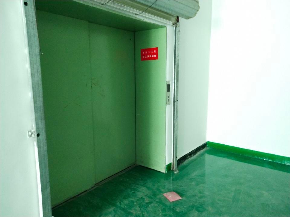 长安镇街口横中路旁,310平方精装修厂房水电齐全价格优惠货梯