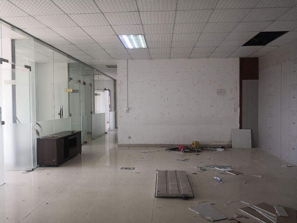 平湖华南城南门新出楼上带装修厂房350平方出租