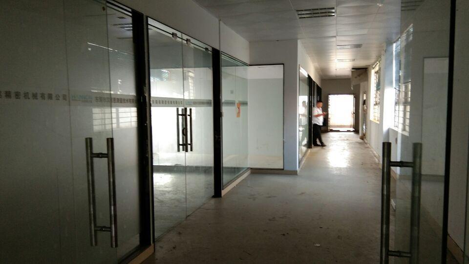 靠近深圳宵边楼上320平玻璃格好办公室吊顶