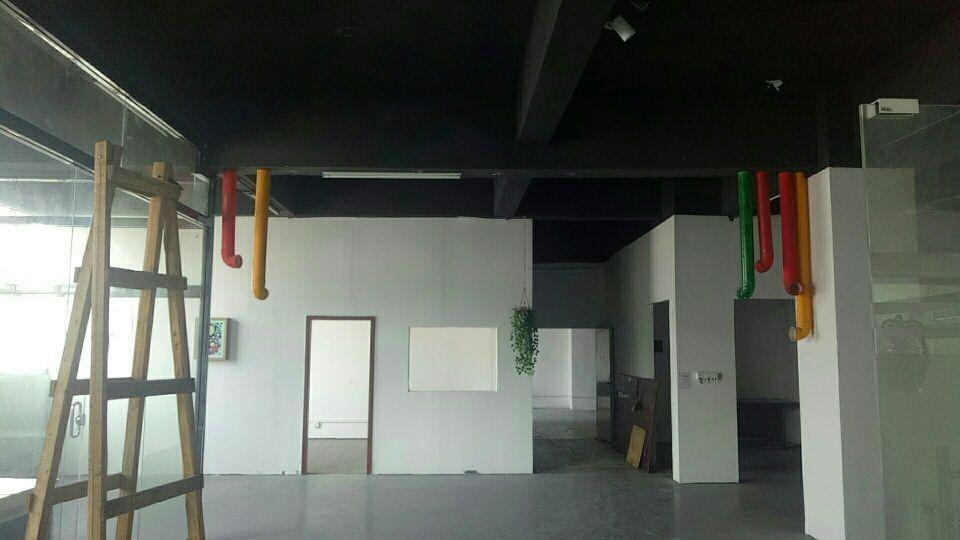 龙华汽车站附近楼上厂房出租,面积550平办公+仓库